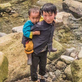 lokale børn leger ved floden - Sapa