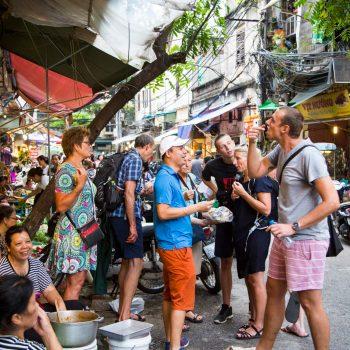 Turist gruppe prøver eksotisk streetfood i Hanois gader