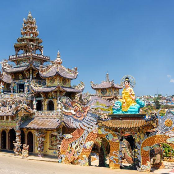 316/5000 Ligger på bredden av elven Parfume, og med en lang og mangfoldig historie, har Hue og surrondings mange historier å fortelle. De eldgamle gravene til keiserne, Tu Hieu-pagoden og den keiserlige citadellet - sammen med kanskje den beste maten i landet - Hue bør ikke gå glipp av på turen din gjennom Vietnam.